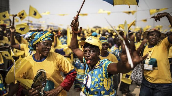 Angola: Wenig Aussicht auf Erfolg: Anhänger der angolanischen Oppositionspartei CASA-SE feiern bei einer Wahlkampfveranstaltung in der Hauptstadt Luanda.