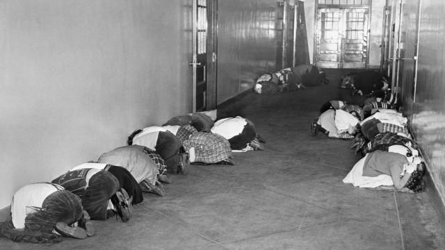 Geschichte von Korea: Schüler in Baltimore, USA, üben 1951 während des Koreakrieges das Verhalten bei einem Atomangriff.