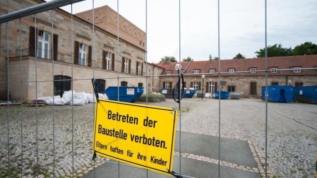Umbau: Eine eigene Theatertruppe hat Bayreuth nicht, die Stadthalle ist ein Gastspielhaus.