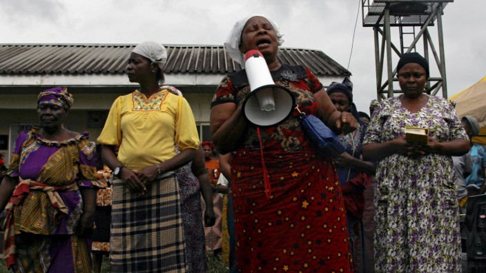 Protesters from Belema and Offoin-Ama host communities hold prayers at the OML 25 Shell flow station, which they shut down last week, in Kula kingdom in Akuku Toru Local Government Area of Rivers State