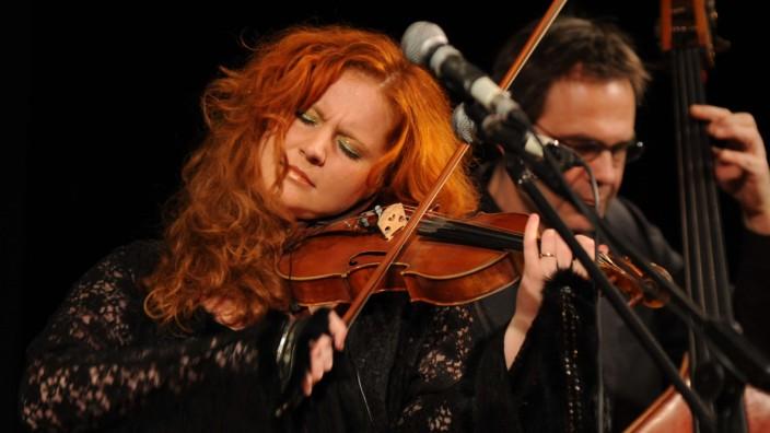 Ebersberg: Wenn sie spielt, wird sie ganz eins mit ihrer Musik. Martina Eisenreich spielt Geige bei einem Benefizkonzert mit dem Martina Eisenreich-Quartett in der Garchinger Stadthalle.