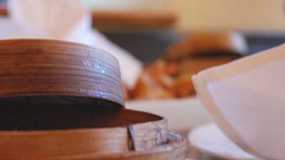 """Thailändisches Restaurant im Westend """"Kaokao"""": Gedünstete Reispapiertäschchen werden in solchen kleinen Körbchen serviert."""