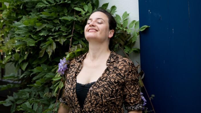 Maria Hafner von der Band Mrs Zwirbl fotografiert in der Mondstraße