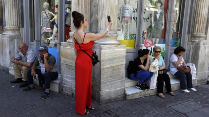 Eurokurs: Die Ermou-Straße in Athen, eine beliebte Einkaufsmeile.