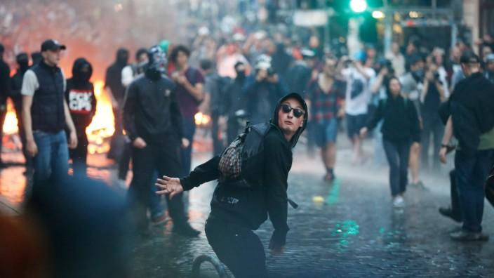 G-20-Prozesse: Gewalt von linksaußen: Bei den Krawallen am Rande des G-20-Gipfels in Hamburg wirft ein Demonstrant einen Stein in Richtung Polizei.