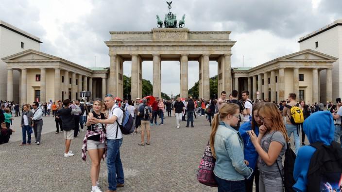 Touristen vor dem Brandenburger Tor in Berlin