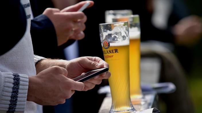 Weißbier und Smartphone-Fans