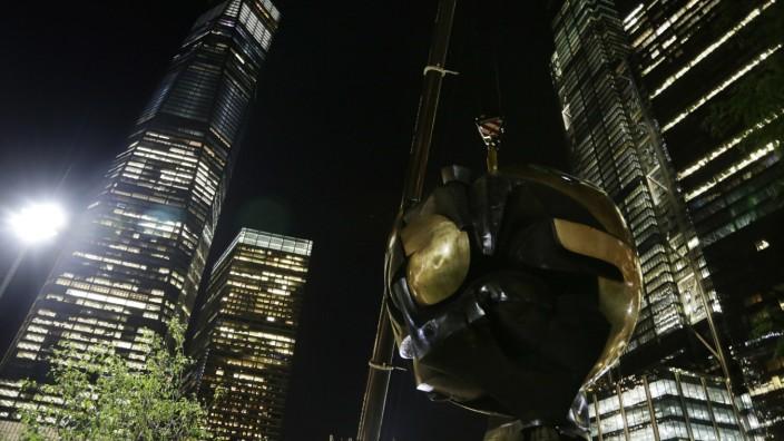 Mahnmal: Rückkehr bei Nacht: 25 Tonnen wiegt die Bronzekugel des Bildhauers Fritz Koenig, die vor den Anschlägen von 9/11 am World Trade Center stand.