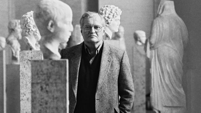 Nachruf auf John Ashbery: Der flimmernden Bewegung des Bewusstseins war er in seinen Gedichten auf der Spur, ihm entging kein Mienenspiel: John Ashbery 1992 in der Münchner Glyptothek.