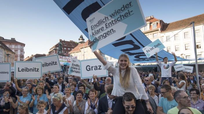 Wahlkampf: Anhänger der christ-sozialen Österreichischen Volkspartei (ÖVP) von Außenminister Sebastian Kurz Anfang September 2017 in Graz