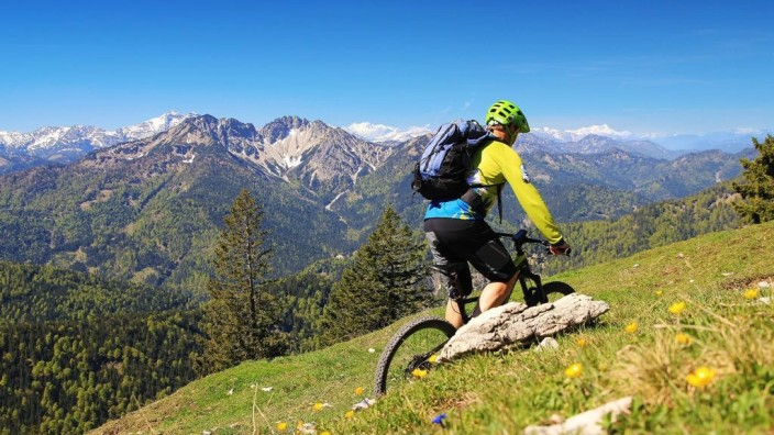 Bergrettung: Wer mit Muskelkraft auf den Berg kommt, schafft es in der Regel auch wieder runter. Aber wie sieht es bei E-Bikern aus?