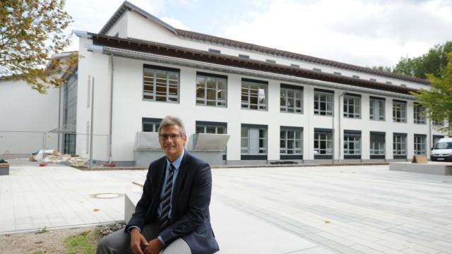 Neues Ismaninger Gymnasium: Die Bauarbeiten werden den Direktor des Ismaninger Gymnasiums Markus Martini noch eine Weile begleiten.
