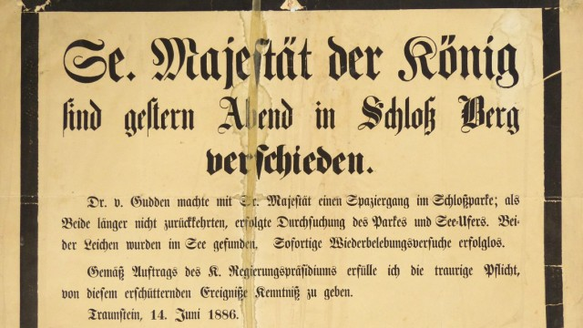 Buchvorstellung: Stark beschädigtes und unsachgemäß restauriertes Plakat über den Tod LudwigsII. vom 14. Juni 1886. Herausgeber: Königliches Regierungspräsidium.