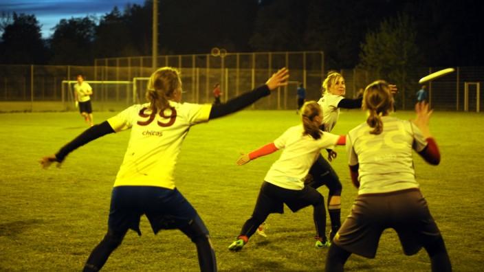 Ultimate Frisbee: Die Woodchicas beim Flutlichttraining: Wer die Scheibe hat, darf damit nicht laufen. Umso mehr müssen die Mitspielerinnen in Bewegung sein.