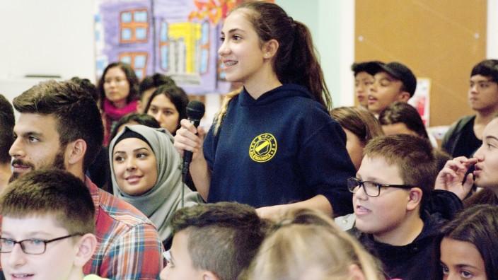 Schule: Vor der Bundestagswahl haben sie sechs Kandidaten in die Quinoa-Schule zur Diskussion eingeladen. Mittendrin in der Disskusion mit den Bundestagskandidaten auch die Lehrer wie Jonas Akaou (links, im karierten Hemd).