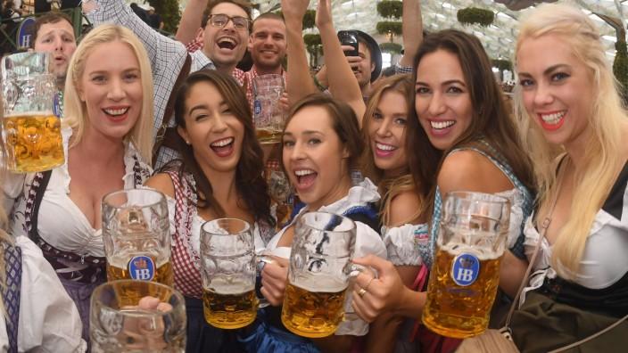 Oktoberfest: Wiesn-Besucherinnen im Hofbräuzelt