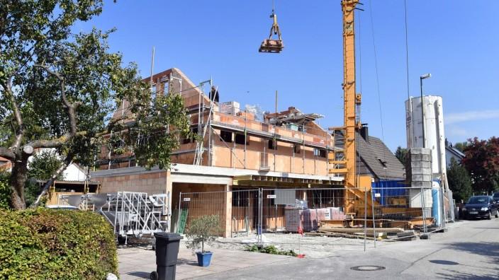 Wohnungsmarkt: Auch im Umland von München steigen die Immobilienpreise weiter. Wie hier in Erding entstehen viele neue Wohnhäuser.