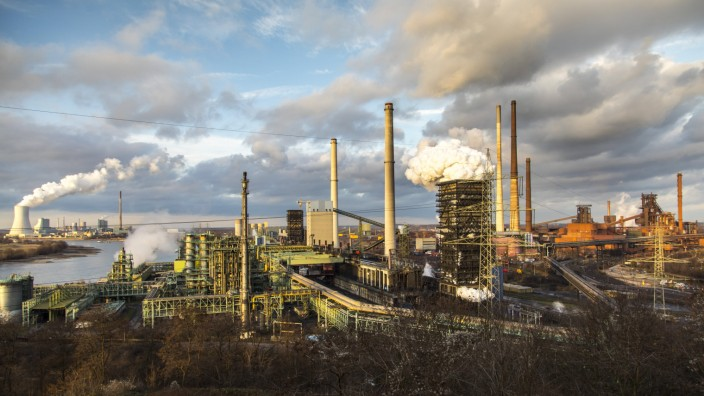 Stahlstandort Duisburg Hamborn Kokerei Schwelgern ThyssenKrupp Steel rechts Hochöfen hinten Kühlt