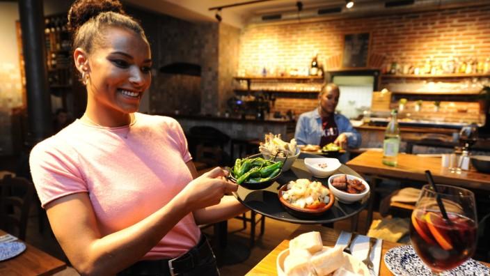 Gollierplatz: Außer Tapas werden auch Hauptspeisen in reichhaltigen Portionen geboten - sowie köstliche Desserts.