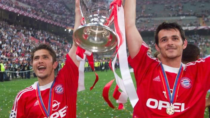 FC Bayern: Höhepunkt als Bayern-Spieler: Willy Sagnol (re.) nach dem Finale 2001 mit dem Champions-League-Pott.