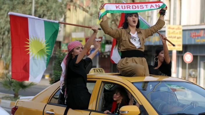 Kurden: Kurdische Frauen fahren jubelnd durch Kirkuk (Bild vom 25. September 2017).