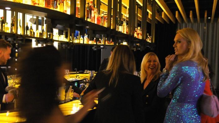 Roomer's Bar: Ein Tresen wie ein Raumschiff, darauf werden Drinks serviert.