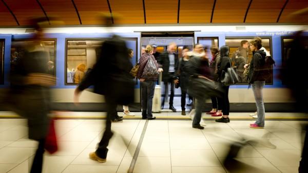 Mehr Münchner sollen die öffentlichen Verkehrsmittel nutzen - wie etwa die U-Bahn, hier am Marienplatz auf einem Foto von 2017. Deshalb wird die Debatte um das besonders günstige Jahresticket wieder angestoßen.