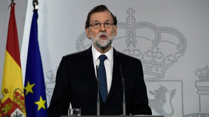 """Referendum: Der spanische Staat habe bewiesen, dass er """"mit allen ihm zur Verfügung stehenden Rechtsmitteln auf jedwede Provokation"""" reagieren könne, sagte Rajoy auf einer Pressekonferenz am Sonntagabend."""