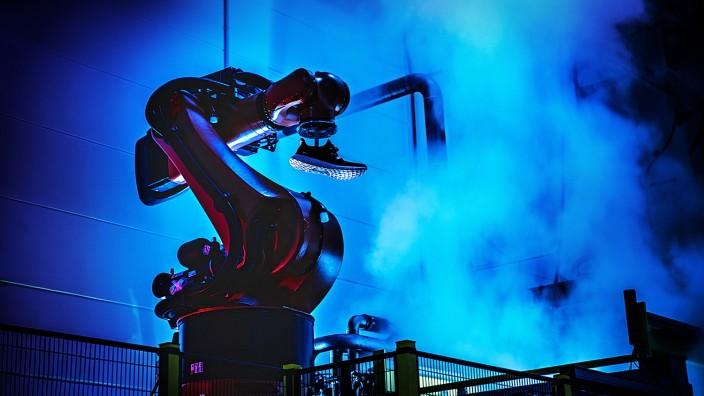 Sportartikel: Roboter bauen Turnschuhe.