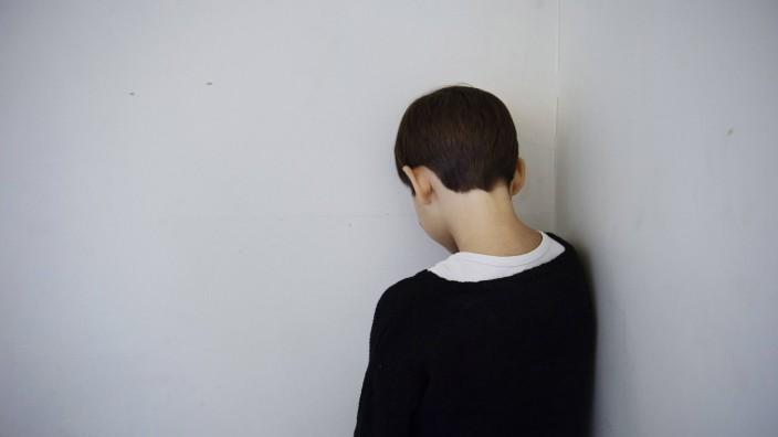 Symbolfoto zum Thema Ausgrenzung Kleiner Junge wird in der Schule ausgegrenzt PUBLICATIONxINxGERxSU