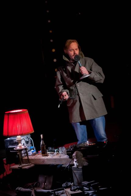 Bühne: Welt der Männer: Wolf Orreal spielt einen Moderator von Radio Belgrad.