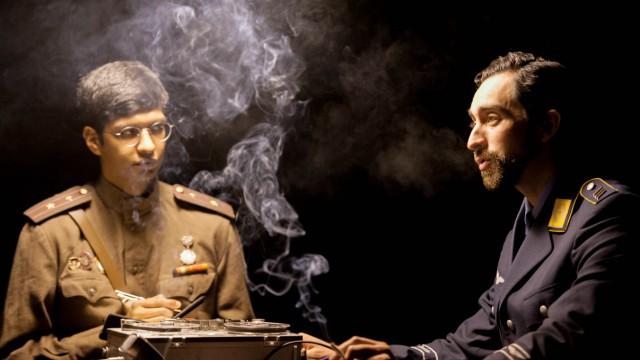 Bühne: Adrian Castilla (rechts) verkörpert einen amerikanischen Leutnant. Dessen deutschen Übersetzer spielt Jesús Fernandez de Castro.
