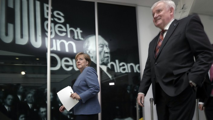Flüchtlings-Kompromiss: Geht es ihnen wirklich um Deutschland? Angela Merkel und Horst Seehofer auf dem Weg zur Pressekonferenz, auf der sie ihr gemeinsames Papier vorstellten.