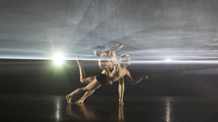 Wayne McGregor in London: Travis Clausen-Knight und Rebecca Bassett-Graham beim Finale in London: ein Balanceakt zwischen Lust und Askese, Einsamkeit und Gemeinsamkeit.