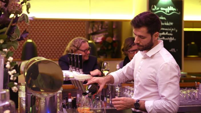 Bar in der Altstadt: Die Barkeeper in der Kulisse mixen nun auch Highballs, also Cocktails, die eher Longdrinks sind.