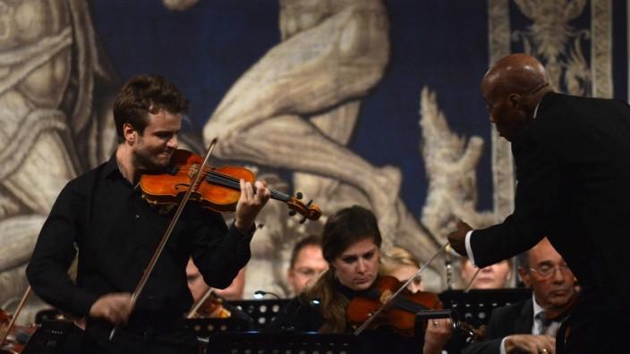 Konzert: Überragende Musikalität, perfekte Technik: Solist Matthias Well wirkte beim Violinkonzert e-Moll op. 64 von Mendelssohn absolut souverän.