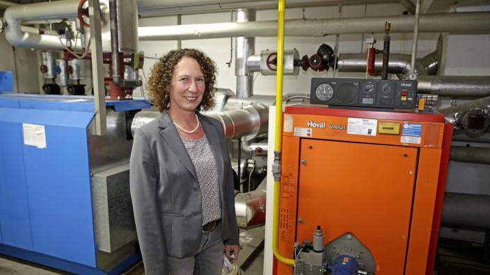 Energiewende: Energiefachfrau Roswitha Foißner vor der Heizanlage im Geretsrieder Rathaus.