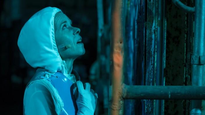Musik: In der Oper ist Maya (Martina Koppelstetter) der letzte echte Mensch - alle anderen haben sich in Pixel aufgelöst.