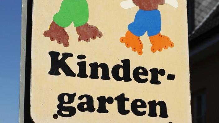 Achtungsschild fuer Autofahrer und Verkehrsteilnehmer Hinweisschild auf einen Kindergarten Achtungs