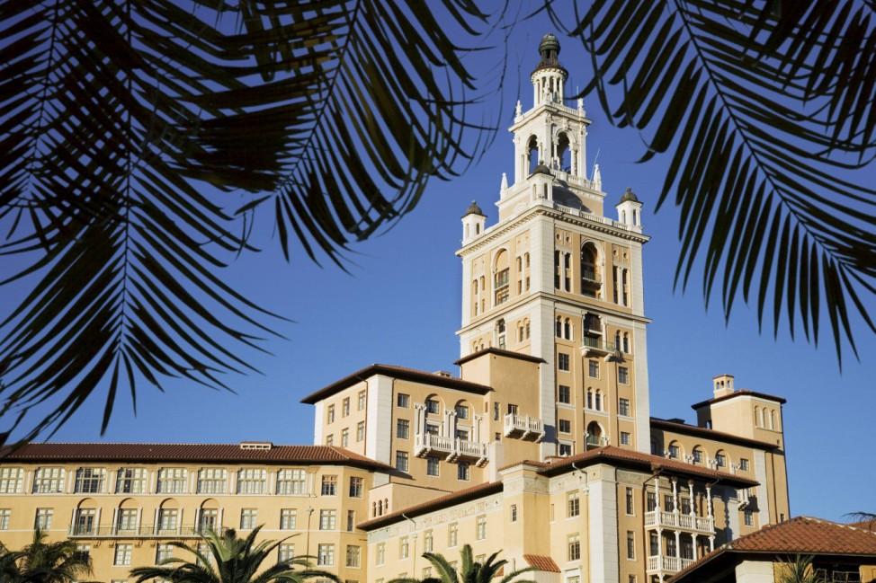 von Palmwedeln eingerahmter Turm des Biltmore Hotels USA Florida Miami tower of Biltmore Hotel fr