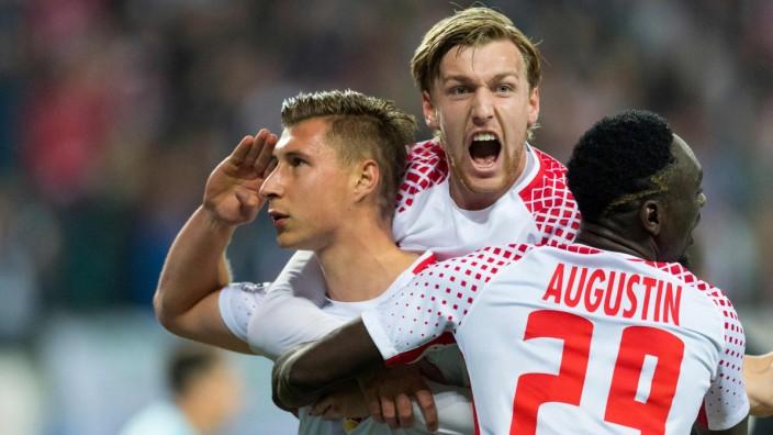 Champions League: Grüße vom Kapitän: Leipzigs Willi Orban (links) bejubelt die Führung gegen Porto mit den späteren Torschützen Forsberg und Augustin.
