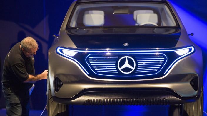 Elektroautos: Ein Mitarbeiter bringt einen Mercedes im Werk Kamenz auf Hochglanz.