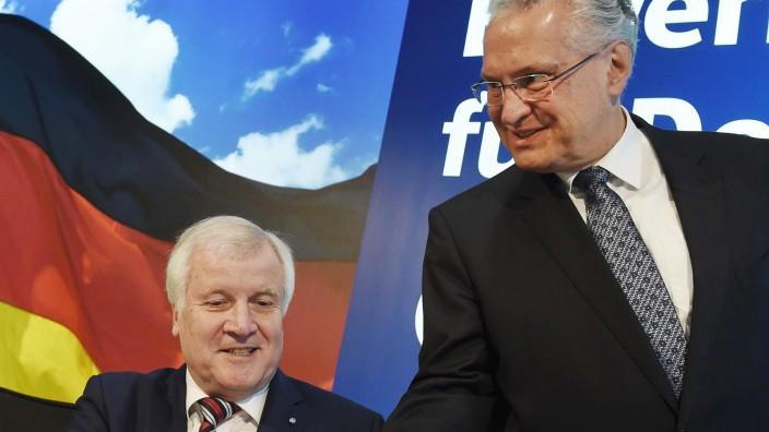 Kabinett: Horst Seehofer und Joachim Herrmann (rechts) sind langjährige Vertraute. Herrmann nimmt eine Schlüsselposition in den Planspielen ein, wie Seehofer zumindest noch als Ministerpräsident weitermachen könnte.