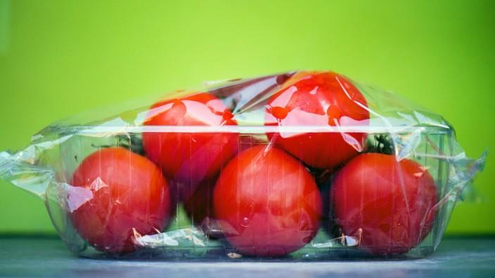 In Plastik verpackte Tomaten - viele Konsumenten wünschen sich Alternativen zu dem Kunststoff.