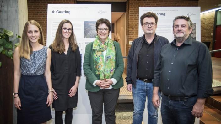Gauting: Bei der Ausstellungseröffnung: Lucie Heinz (v.li), Katharina Reichelt, Gautings Bürgermeisterin Brigitte Kössinger und Architekt, Matthias Castorph.