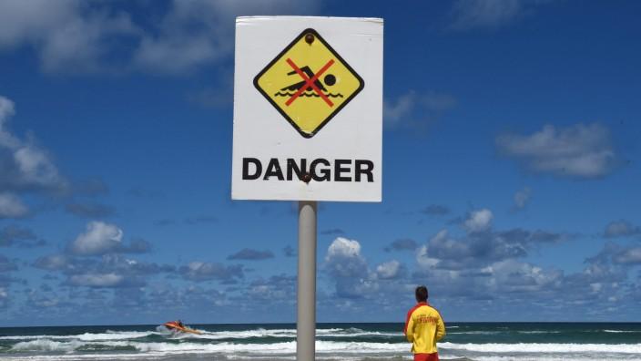 Schild am Strand in Australien mit Schwimmverbot wegen Hai