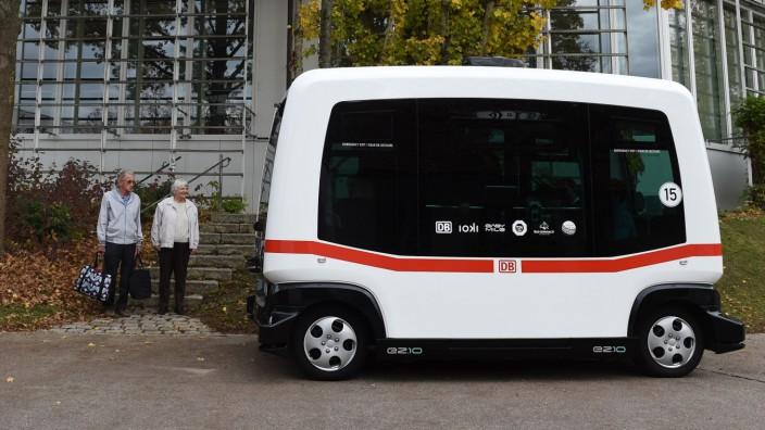 Autonomes Fahren: Der erste im regulären Verkehr eingesetzte selbstfahrende Bus Deutschlands es ist keine fünf Meter lang und sieht ziemlich klobig aus.