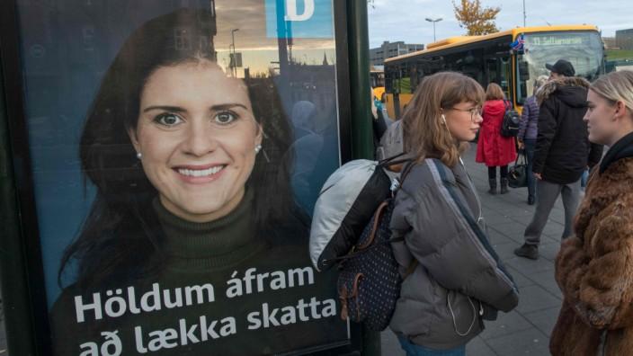Island: Und schon wieder sind überall Wahlplakate, wie hier in Reykjavík: Bereits zum zweiten Mal innerhalb eines Jahres wählt Island am Samstag neu.