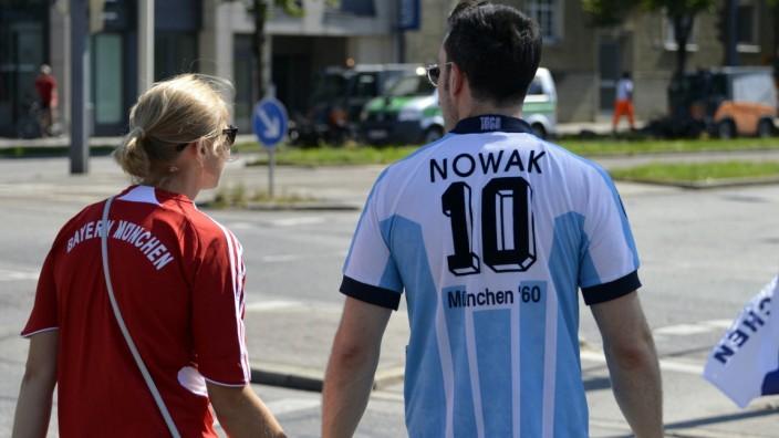 Erinnerungskultur: Dass es zwischen Roten und Blauen auch gemeinsam geht, zeigt dieses Paar beim Regionalliga-Derby.