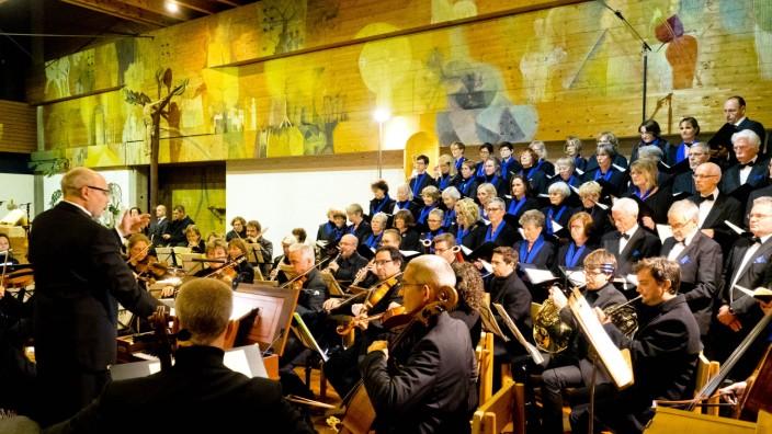 Vaterstetten: Thomas Pfeiffer präsentiert sich als neuer Leiter der Chorgemeinschaft Vaterstetten mit einem umjubelten Debüt in der Pfarrkirche Maria Königin.